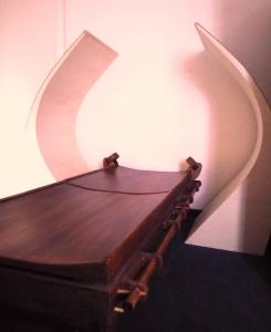 Quantum: lo strumento - lettino di Pier Paolo Bottin, all'interno di una cabina attrezzata.
